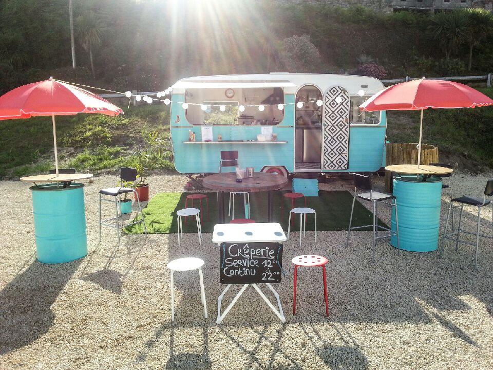 la caravane bleue est une cr perie install e dans un food truck. Black Bedroom Furniture Sets. Home Design Ideas