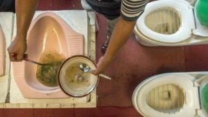 Insolite : un restaurant propose de boire un verre dans des cuvettes de toilettes
