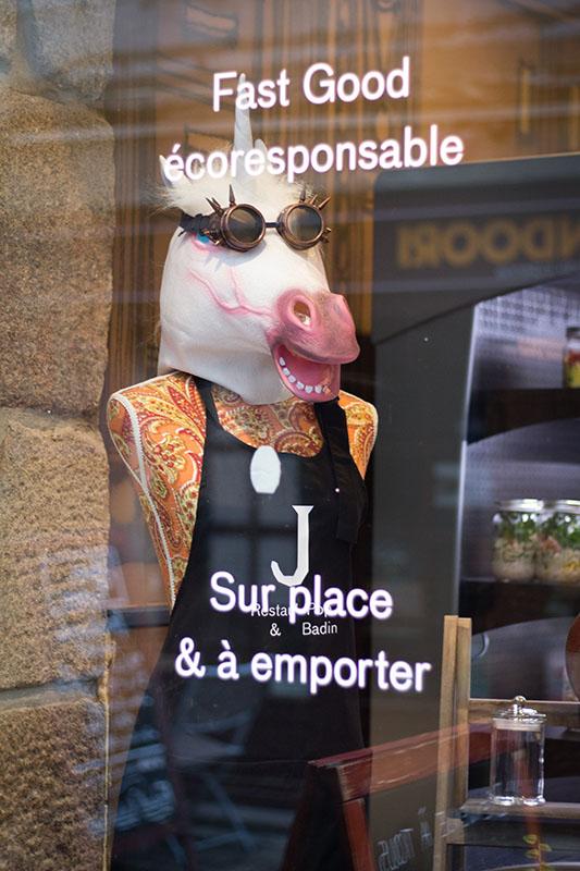 Une licorne steampunk en vitrine, le ton est donné !