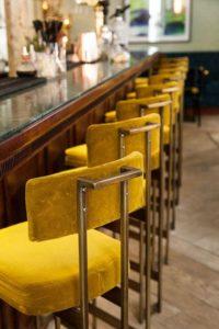 Tendances 2018 : chaises en velours pour votre bar