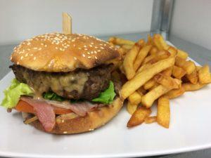 Burger du moment et frites à L'Atelier - Restaurant à La Mothe-Achard en vendée