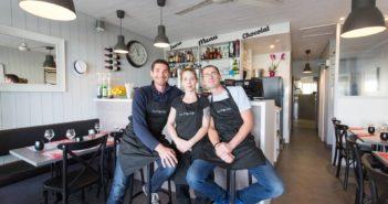 Christophe Sourice, Angélique Devoucoux et Patrick Valo dans le restaurant La P'tite Cale aux Sables d'Olonne en Vendée
