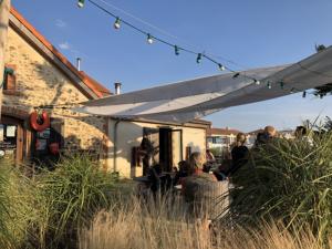 Concert à l'extérieur du bar Au Comptoir de la Ferme du Marais Girard à Bretignolles-sur-Mer