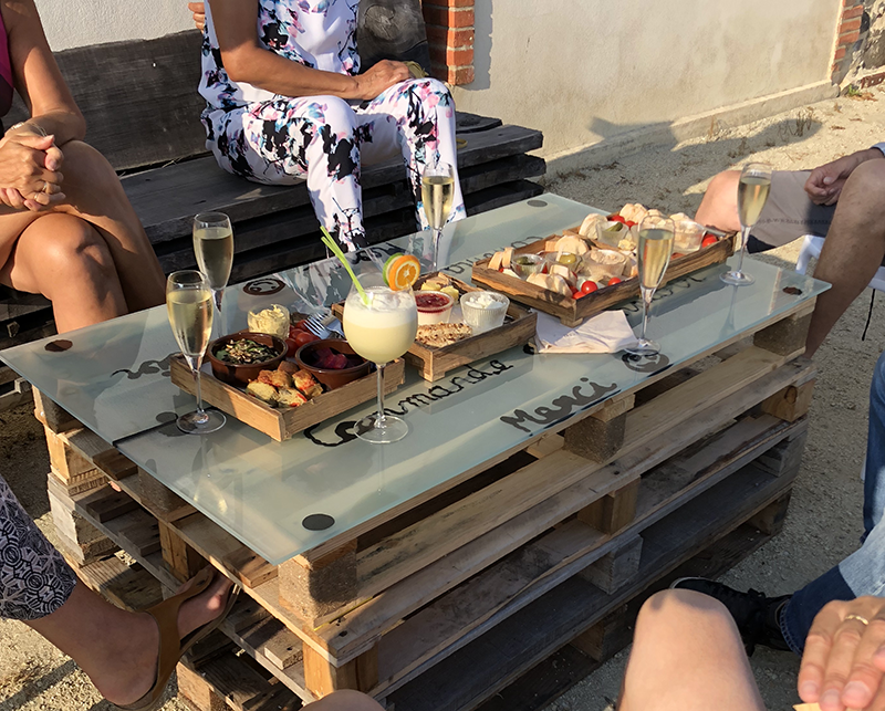 Planches éparitives et cocktails en terrasse au bar Au Comptoir de la Ferme du Marais Girard à Bretignolles-sur-Mer
