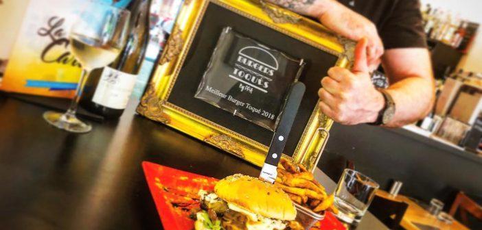 """Le burger Miami Beach de Romain MEUNIER dans son restaurant """"Frenchy's burger"""" (Tours) devant le trophée de vainqueur 2018 des burgers toqués"""