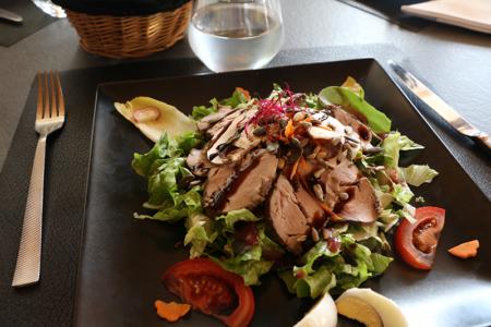 Salade filet mignon fumé, entrée servie au restaurant La Morlière à Sigournais, proche de Chantonnay en Vendée