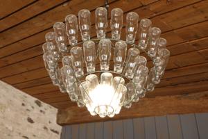 Lustre en bouteilles de verre dans la salle du restaurant La Morlière à Sigournais, proche de Chantonnay, en Vendée