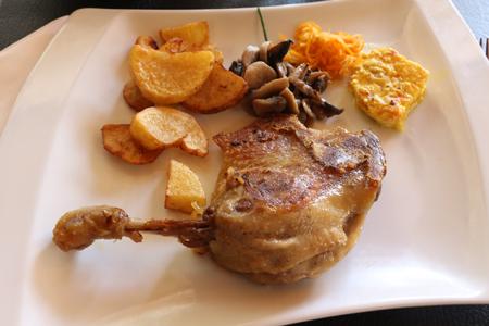 Cuisse de canard confite et ses légumes, plat servi au restaurant La Morlière à Sigournais, proche de Chantonnay en Vendée.