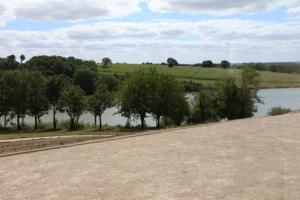 Vue sur le lac de Rochereau depuis la salle du restaurant La Morlière à Sigournais, proche de Chantonnay en Vendée.