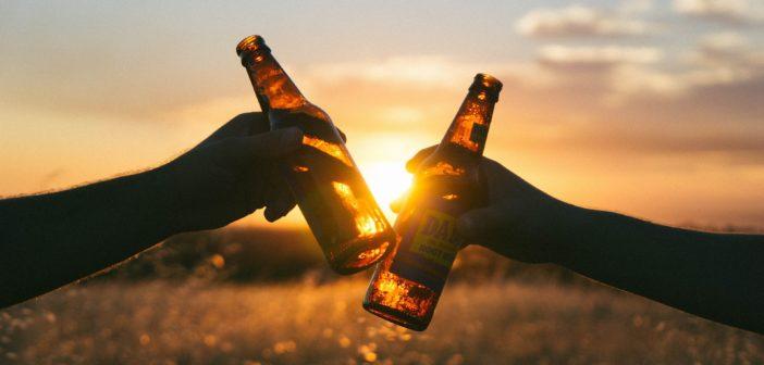 Bières devant un coucher de soleil