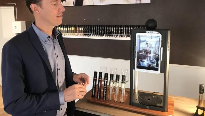 D-Vine munie de sa tablette tactile interactive et flacons de vin rouge et blanc