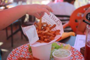 Venez déguster les frites du Bar du Port à l'île de Batz