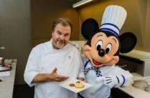 """Pierre Hermé et Mickey présentant le gâteau """"Mickey Zest Party"""""""