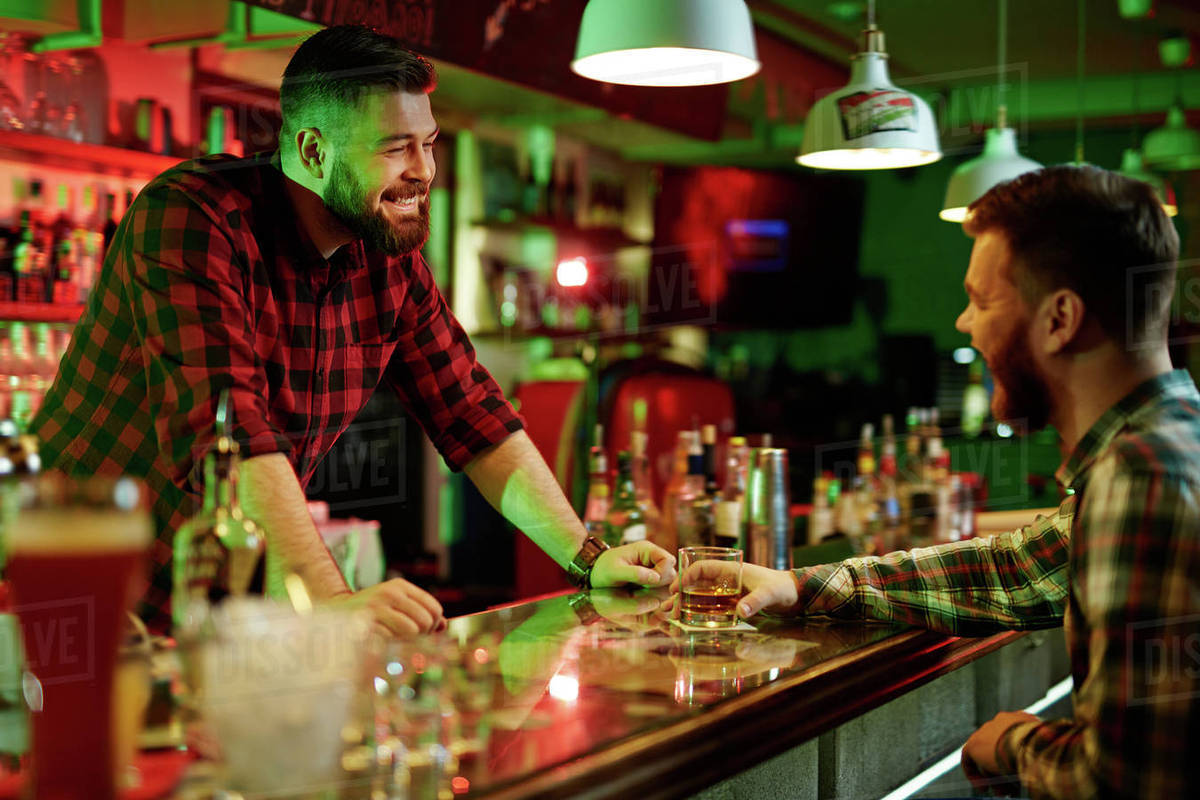 Barman en train de discuter avec un client