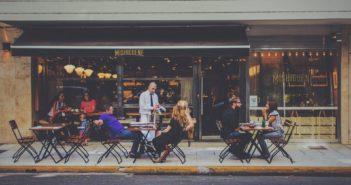 Tatouages et piercings en hôtellerie-restauration : Serveur dans un restaurant (terrasse)