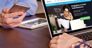 Logiciels de gestion hôtelière : Photo avec 2 personnes face-à-face sur ordinateur et portable