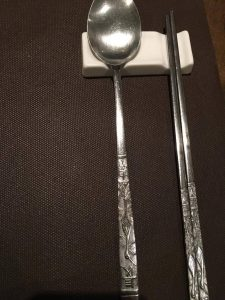 Restaurant Soura : baguettes en métal