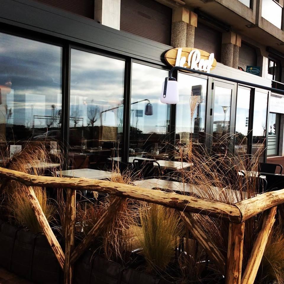 Façade et terrasse du Restaurant Le Reef aux Sables d'Olonne en VEndée