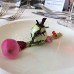 œuf de caille marbré sur sa crème de petit pois au wasabi et ses pickles de betterave, par les élèves du CFA de St Michel Mont Mercure