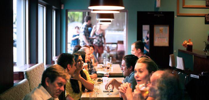 Fidéliser ses clients : Clients à table au restaurant