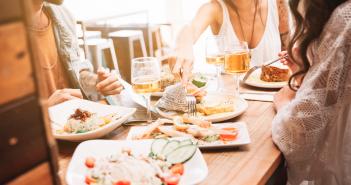 Spécialités Bretonnes : repas autour d'une table