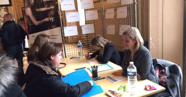 L'équipe de Reso Touraine sur son stand avec des candidats au forum de recrutement hôtellerie et restauration de Tours le 20 février 2018