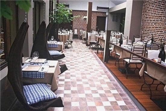 Le restaurant Cour des Vignes vous invite pour déjeuner, dîner sous trois ambiances : la cour couverte avec sièges suspendus, dans le bar sombre avec fauteuils clubs, et le salon pour les réunions ou les repas de famille
