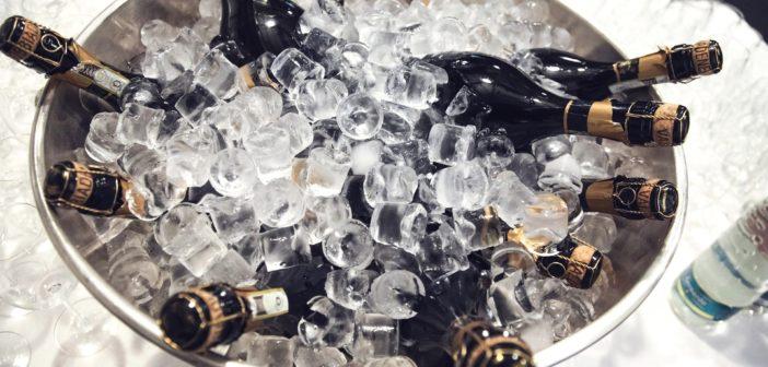 Bouteilles de champagne dans un bac de glace