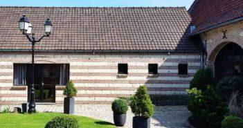 Le restaurant La Cense propose de manger au sein de l'ancienne grange ou sûr la nouvelle terrasse dans un cadre champêtre.