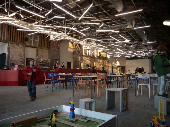L'intérieur du Bistrot de Saint So de la Gare Saint Sauveur à Lille peut accueillir 80 personnes. Un espace pour les enfants est également mis en place.