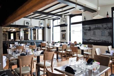 Le coin restaurant du Restaurant L'Auberge d'Hempempont possède un esprit accueillant et amical Venez déguster de bons plats de restaurants à deux Hem, à côté de Lille. L'ambiance générale du restaurant permettra aux familles, couples et entreprises de découvrir des déjeuners en fonction de vos envies.
