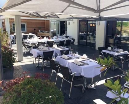 La terrasse du Restaurant L'Auberge d'Hempempont est à l'arrière du restaurant dans un coin au calme et au soleil. Venez déguster de bons plats de restaurants à deux Hem, à côté de Lille.