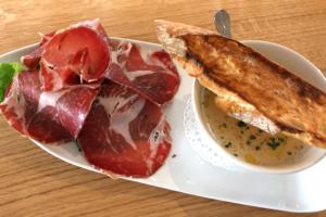 Entrée proposée au restaurant L'Ardoise Gourmande à Luçon en Vendée : crème de chèvre chaud et coppa