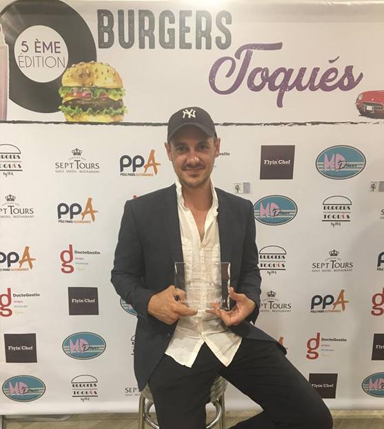 Romain MEUNIER et son trophée de vainqueur à l'édition 2018 des Burgers Toqués