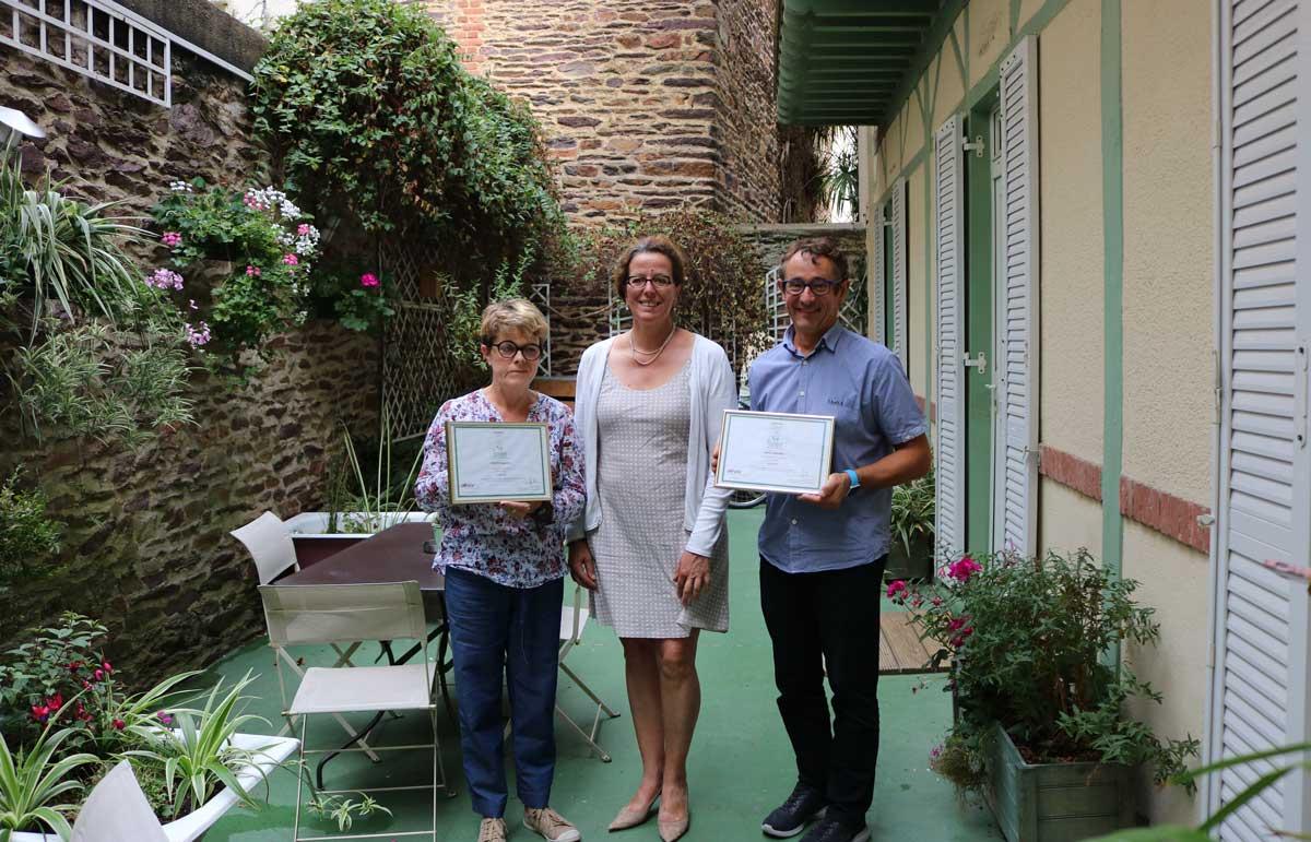 Anne-Claude Gerardot, Elisabeth Ferro-Vallé et Laurent Gerardot lors de la remise de la certification eco-label