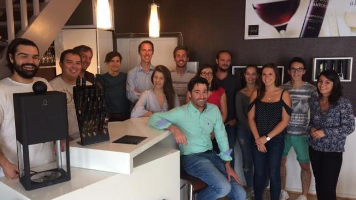 Equipe de 10-vins derrière la D-Vine et les flacons de vin