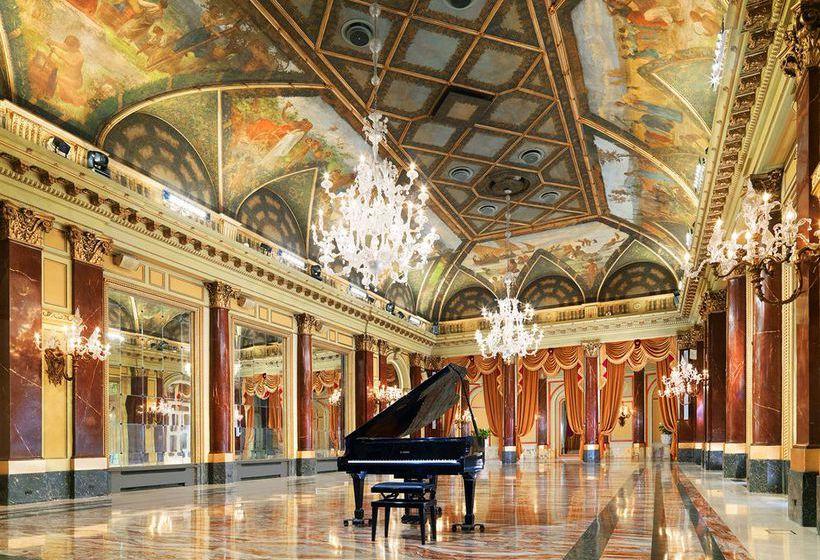 Salle du piano à queue de l'hôtel de luxe le Saint Regis de Rome