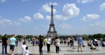 Touristes devant la Tour Eiffel à Paris