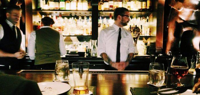 Barman derrière son bar