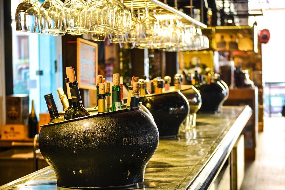 Bouteilles rangées dans un bac de glace sur un bar