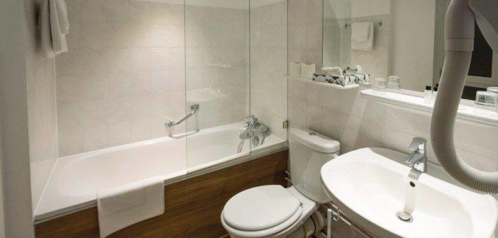 Une jolie salle de bain des chambres de l'Hôtel Roses à Strasbourg