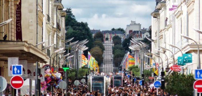 Ville de Tours : Rue passante avec restaurants