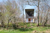 Vue du champ sur latite cabane hébergement en Auvergne