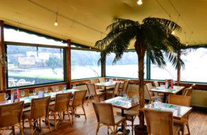 Depuis la salle du restaurant de l'Hôtel du Bois à Plouzané, profitez d'une magnifique vue sur mer