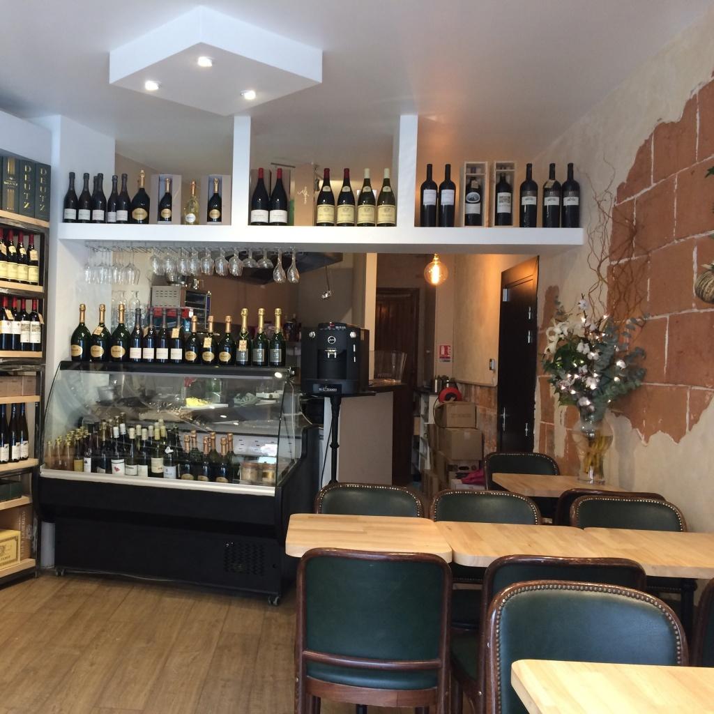 Intérieur du bar à vin toulousain Chez Aude