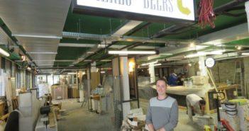 George Spencer, responsable marketing de La Baleine Déshydratée, se tient devant le logo du nouveau bar-restaurant de Quimper