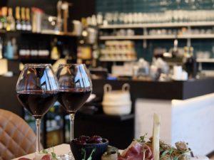 Planche de charcuteries et verres de vin du restaurant OPA